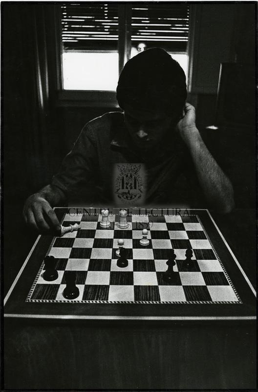Noi jugant a escacs