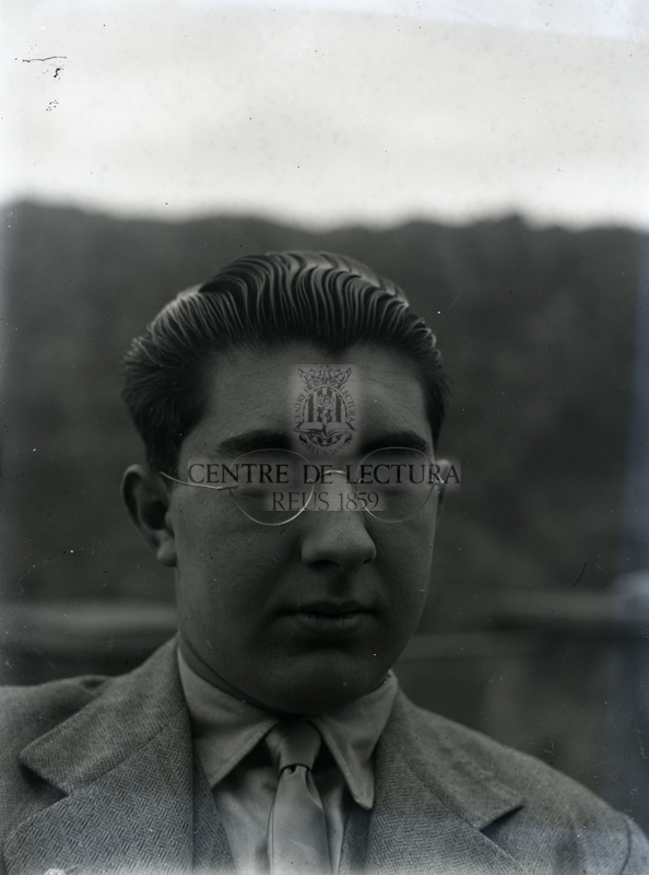 Retrat d'un jove amb ulleres