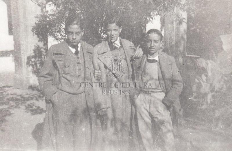 Fotografia de Gabriel Ferrater amb Josep Solé Barberà a la seva esquerra i Albert Romero a la dreta