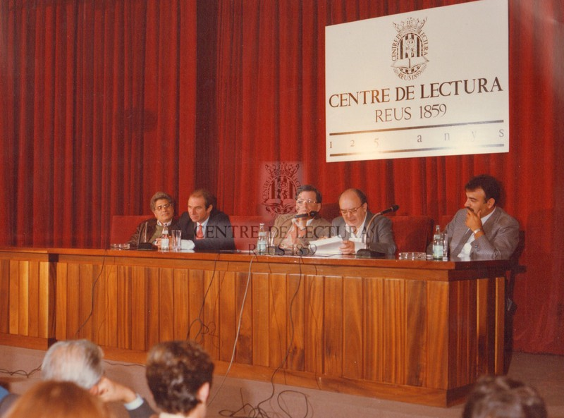 Acte d'inauguració del curs 1984-1985 del Centre de Lectura, a càrrec de Vicent Andrés Estellés, a la Sala d'actes