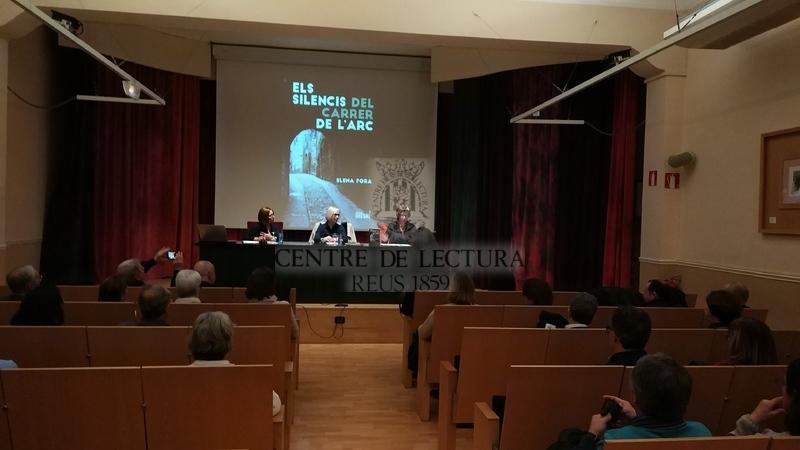 """Presentació de la novel·la """"Els silencis del carrer de l'Arc"""" d'Elena Fora, a càrrec de de Victòria Rodrigo, Montserrat Domènech i la mateixa autora"""