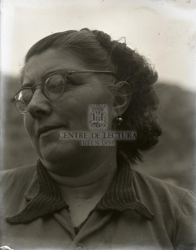 Retrat d'una dona amb ulleres