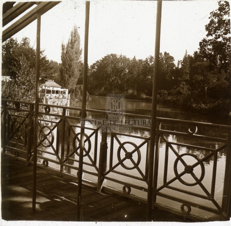 Vista d'un estany amb pont i casa