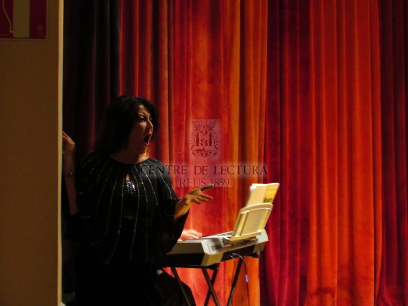 """Presentació del llibre """"Entreactes entorn de la política, el feminisme i el pensament"""" de Fina Birulés, a càrrec de Coral Cuadrada i amb la col·laboració del laboratori Ars alchimica (del Màster interuniversitari en Música com a Art Interdisciplinària de la URV)"""