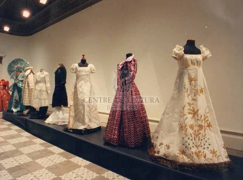 """""""Exposició de vestits confeccionats amb paper"""""""