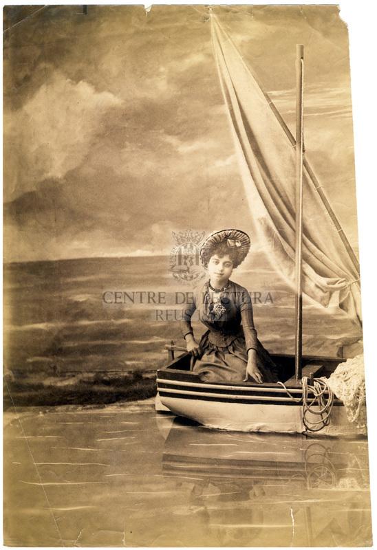 Dona en barca, retrat d'estudi.