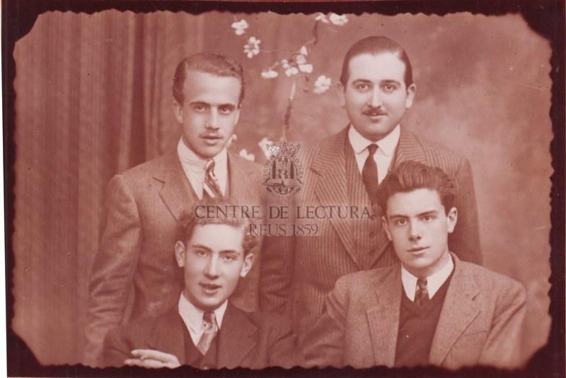 Fotografia de Gabriel Ferrater amb el seu germà Joan i, a segona fila, els seus amics Isidre Pons i Francesc Queralt
